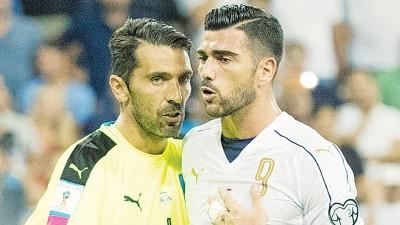 佩莱(右)与布丰助意大利夺首胜。