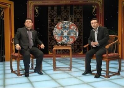 谢治(左)花逾20万人民币上央视以博得会员信任。