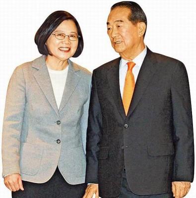 蔡英文(左)今年3月当选总统后拜会宋楚瑜(右),两人针对两岸议题多次深谈。