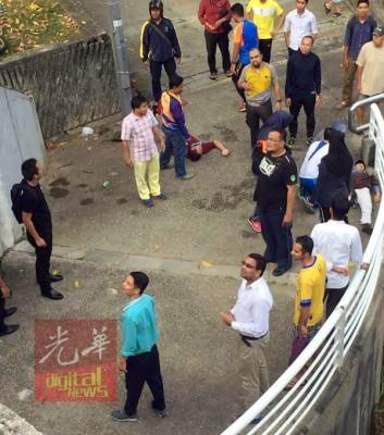 半名相信涉及车祸的汉子躺在地面等待救援。
