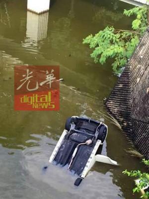 轿车沉入河中,所幸司机就逃生。