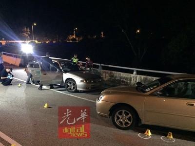 死者因形迹可疑遭巡警盘查时,心急之下开枪后试图开车逃跑,最后在前往浮罗山背的路段遭警方截停击毙。