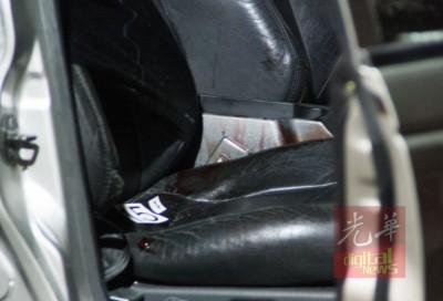 死者遭击毙车内,驾驶座血迹斑斑。