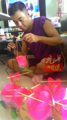 王舜维笑言,明年时间若允许,明年会继续制作生肖灯笼换成人尿片。