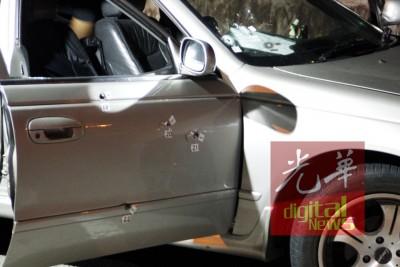 死者轿车上共有8个弹孔。