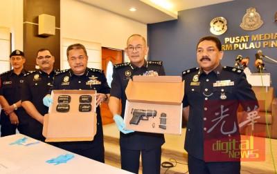 阿都嘉化(右2)与副总警长拿督罗斯里副总监 (右3)一同展示所充公的枪支与子弹。右为西南区警区主任安华奥玛警监。