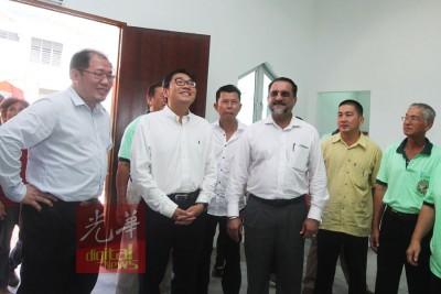 佳日星在黄伟益、峇央峇鲁国会议员沈志勤和两庙理事会陪同下,进入参观。
