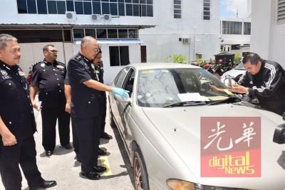 阿都嘉化指出车上的弹孔,并指警方仍会继续调查死者是否持有其他枪械。