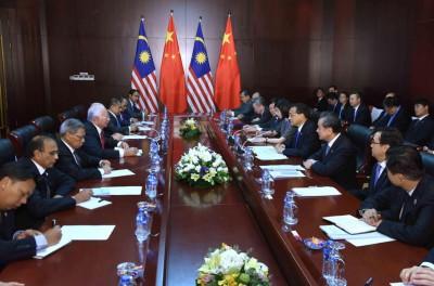 以首相纳吉(左四)为首的大马东盟工作团队与中国国务院总理李克强会面商谈。