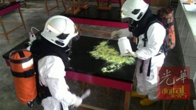 高度危险物品应对小组人员,使用硫磺粉清理水银,以免殃及无辜。