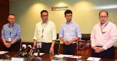 该公司主席兼首席执行员拿督阿兹米(左2)等人周五下午召开道歉记者会。