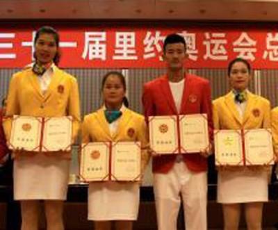 左起:福建运动员徐云丽、邓薇、谌龙和林莉展示获奖证书。