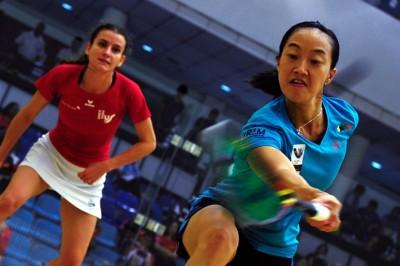 刘薇雯奋力回击对手娜丁(左)。