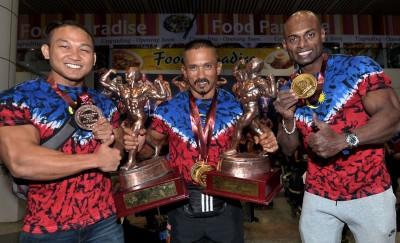 左起:罗斯再米、布达查安和沙鲁阿兹曼展现他们在ABBF亚洲健身赛所斩获的奖牌奖座。