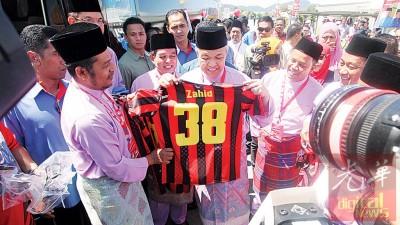 副首相阿末扎希为浮罗足球俱乐部开幕。