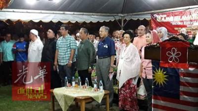 卡玛鲁阿兹曼(左3起)、慕尤丁、马哈迪、茜蒂哈斯玛及阿妮娜出席演说,成功招收1000名新党员。