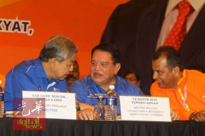 阿末扎希(左起)和国阵总书记拿督斯里左姑安南联合参加人民力量党之皇家代表大会,连和该党主席拿督R.S達南迪蘭进行交流。