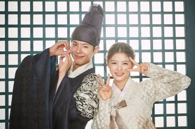 朴宝剑(左)和金裕贞以古装剧《云画的月光》暴红。