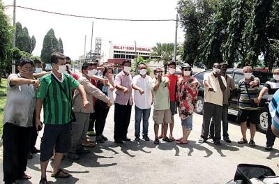 红泥山新村及百利莎花园一带居民在化学厂前,集体不满化学厂化学液体外漏间接导致健康受到威胁。