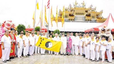 配合46周年宫庆,北海斗母宫举办升旗礼。