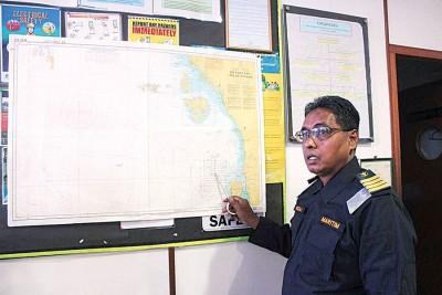 哈兹罗扎里召开记者会,并在地图上指着事发的地点。