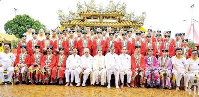 香港啬色园黄大仙祠成员与北海斗母宫理事会在宫前合影,右6起是许远达、李贤源及李耀辉。
