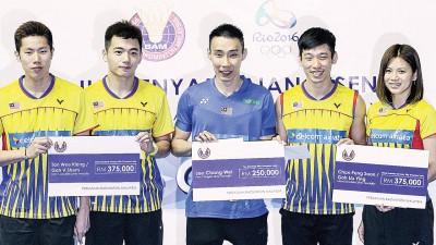 (左起)吴蔚昇、陈蔚强、李宗伟、陈炳和平吴柳萤展示他们抱的大马羽总奥运奖励。他俩就出发东京,进行日本公开赛之旅。
