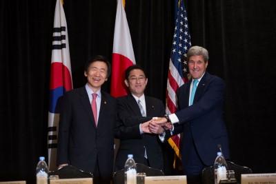 美国国务卿克里(右)与日本外相岸田文雄(中)和韩国外长尹炳世会谈。(法新社照片)