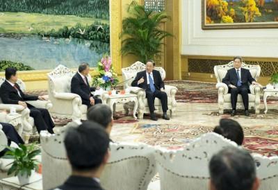 中国全国政协主席俞正声(中)在北京人民大会堂接见8名蓝营县市首长。(新华社照片)