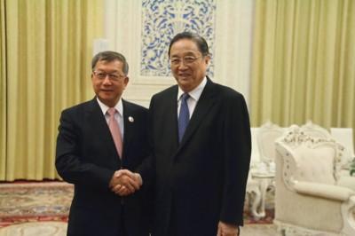 俞正声(右)与新竹县长邱镜淳(左)握手。
