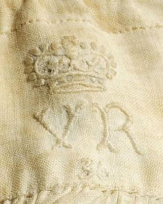 短裤绣有王冠图案及英文字母VR。