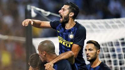 阿根廷前锋伊卡尔迪(右2)解除关后以及队友在场上激情庆祝。