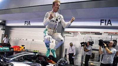 罗斯博格以新加坡赛站得胜利后雀跃万分的纵身跳出庆祝。