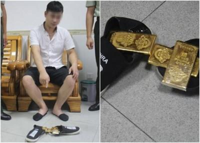 男子将三块金砖藏于鞋底,图由香港走私到中国。