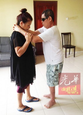 中风和视力受损后,妻子就像陈赞庆的导盲杖。