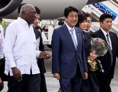 古巴副总统梅萨(白衣者)以航站迎接安倍伉俪(遭逢)到访。(法新社照片)