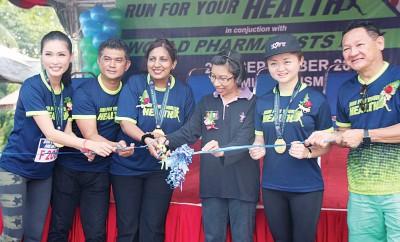 芭拉(左3)为药剂日健康跑主持开幕,左为活动大使名模谢丽萍。
