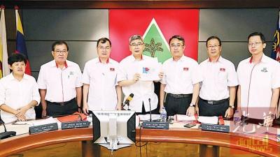 马袖强(受)于媒体展示受选区重划的议席。左起是陈莲花、张国智、谢顺海、梁德明、刘华才以及陈庆亮。