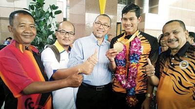 阿兹兰(左3)与阿都拉迪夫(右2)分享夺金牌的喜悦。右1为玻州体育委员会主席萨米尔行政议员。