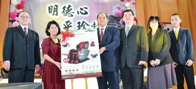 霍广汉(右4)赠送按摩椅给李采珍,左1为李衍旺,右2和3是曾玉燕和马财喜。