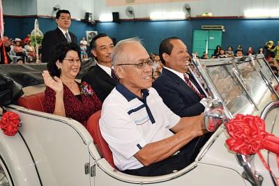车主李奂成载着李采珍与夫婿张凯程入场,副座是霍广汉。