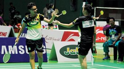 黄金泉(后右)在教练席上为女双球员得分后鼓掌鼓励。