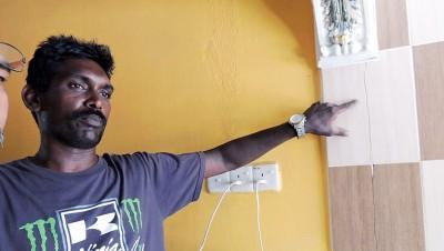 迪纳卡南:厨房墙上瓷砖裂缝。