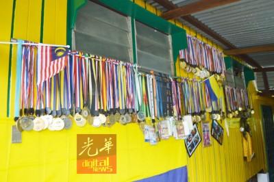住家墙壁挂满运动奖牌,见证阿都拉迪夫的付出。