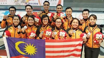 大马保龄球男队和女队分别赢得5人团体赛铜牌和银牌。