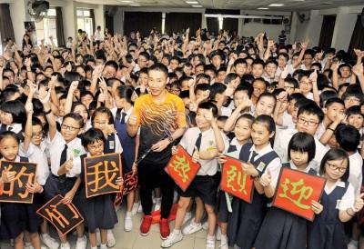 若是咱们的自大!学员们热烈欢迎李宗伟荣归母校,连开心和他合影。