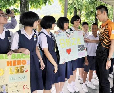 """学员们手制作欢迎卡片,李宗伟细看写在""""天新的光""""的纸卡,连与生们寒暄。"""