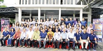 三大机构成员迎接李宗伟荣归母校,在校前开展充分合照。