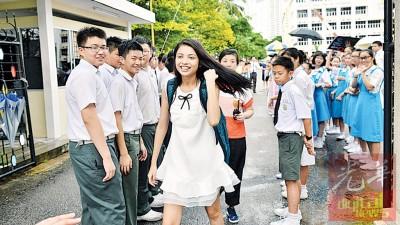身穿白色连身裙的佩玲满脸笑容,高度配合地完成拍摄。