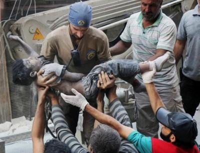 阿勒颇市遭受空袭,救援人员抬出一具小童尸体。